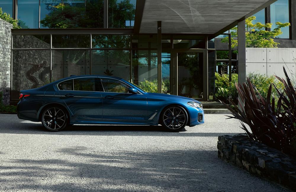 bmw-5-series-sedan-highlights-highlight-desktop-01.jpg
