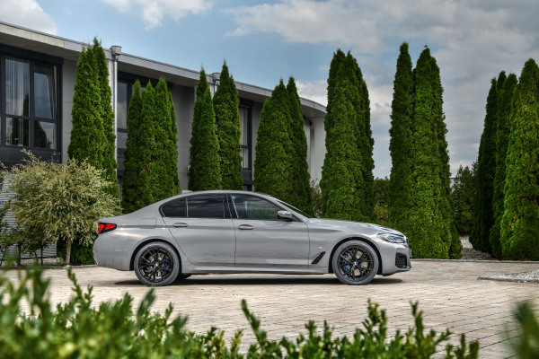 P90395448_highRes_the-new-bmw-545e-xdr.jpg