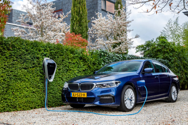 BMW-edrive-editions-530-header-desktop.jpg.asset.1558440152021.jpg