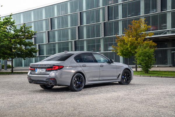 P90395439_highRes_the-new-bmw-545e-xdr.jpg