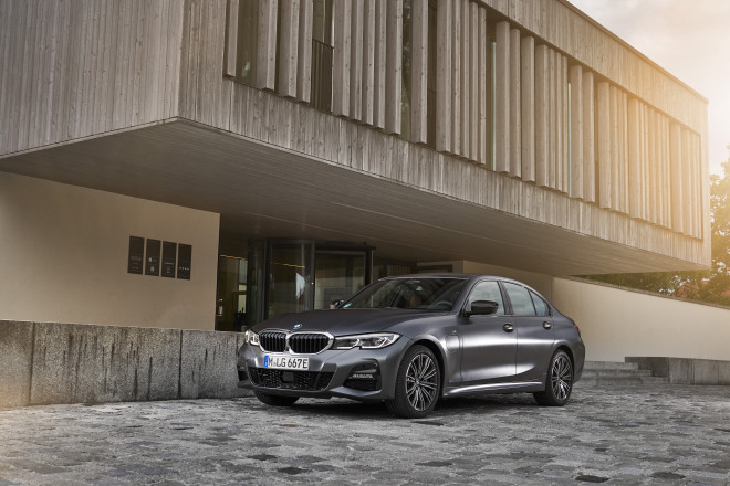 P90359889_highRes_the-all-new-bmw-330e.jpg
